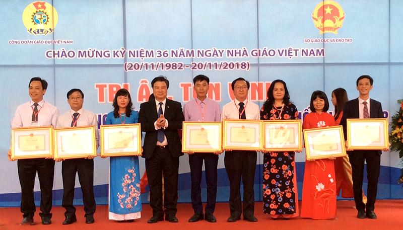 11•20越南教师节庆祝活动纷纷举行