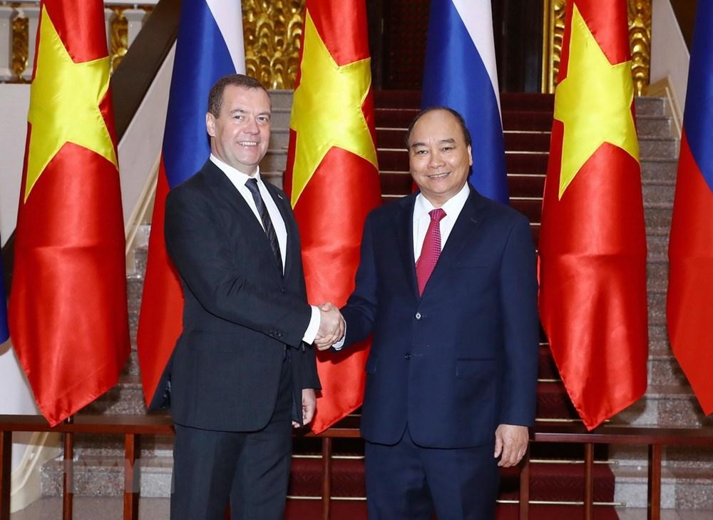 阮春福总理举行仪式  欢迎俄罗斯联邦总理梅德韦杰夫访越