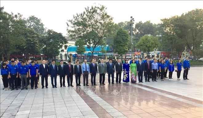 河内市领导向列宁塑像敬献花圈 纪念俄罗斯十月革命胜利101周年