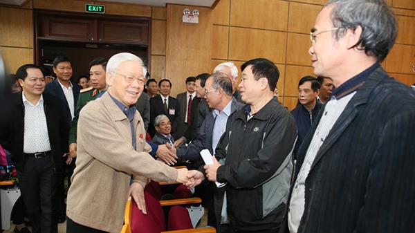 越共中央总书记、国家主席阮富仲与河内市选民进行接触