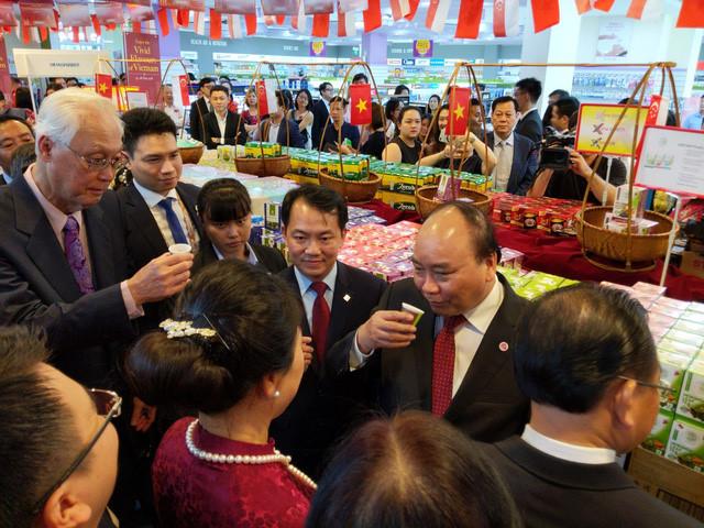 阮春福总理为新加坡越南产品周开幕式剪彩