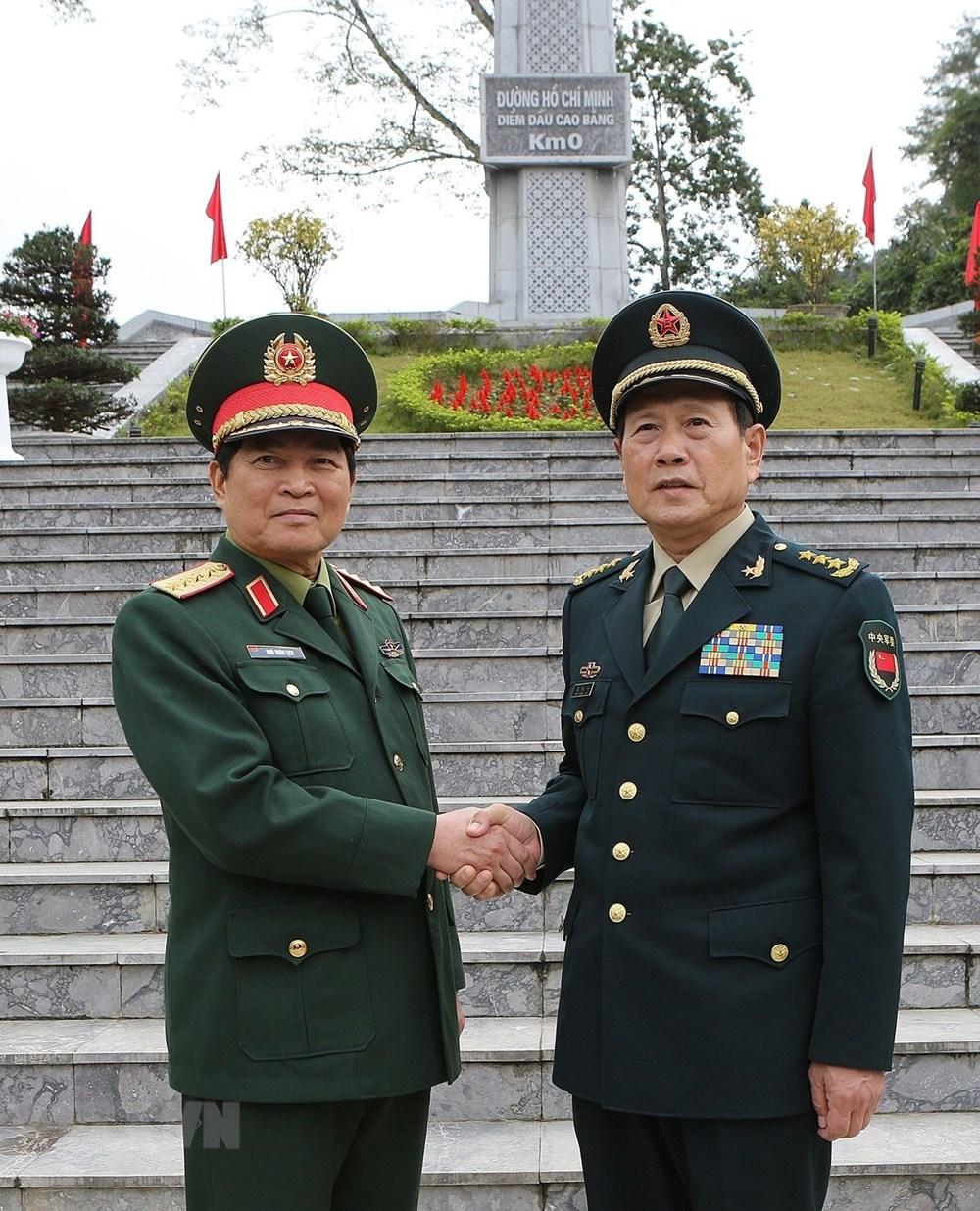 越中两国国防部长参观北坡历史遗迹区并种下友谊树