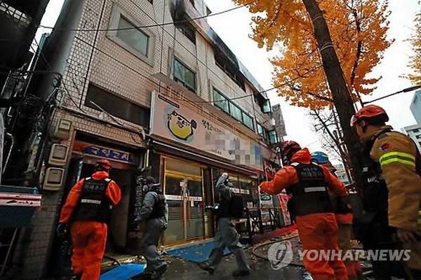 越南驻韩国大使馆代表看望慰问在韩国公司爆炸事故中受伤的两名越南工人
