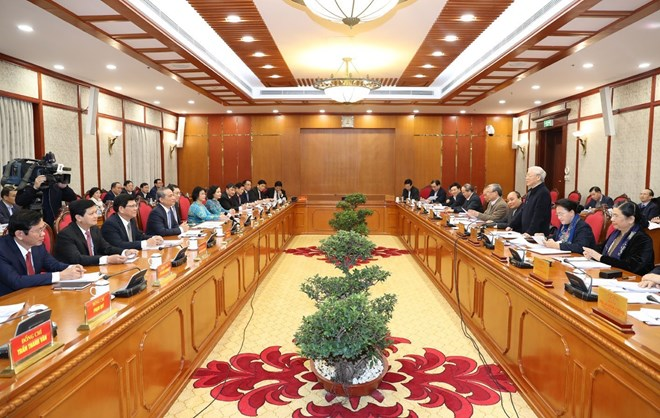 越共中央政治局与岘港市委常委会举行会议
