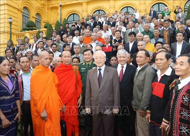 越共中央总书记、国家主席阮富仲会见45个少数民族模范老人和村长