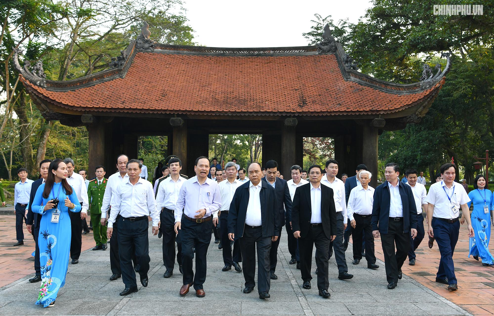 阮春福总理参观考察清化省蓝京国家级特殊历史遗迹区