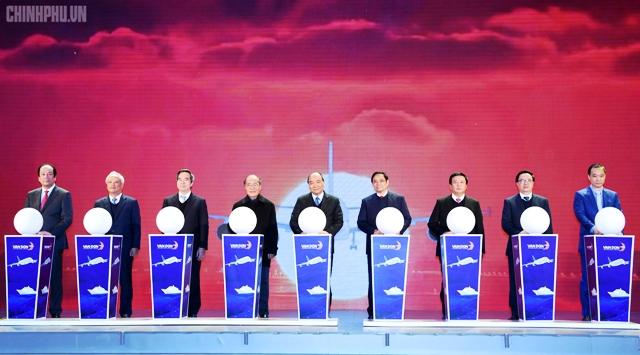 越南政府总理阮春福出席广宁省云屯国际航空港落成仪式