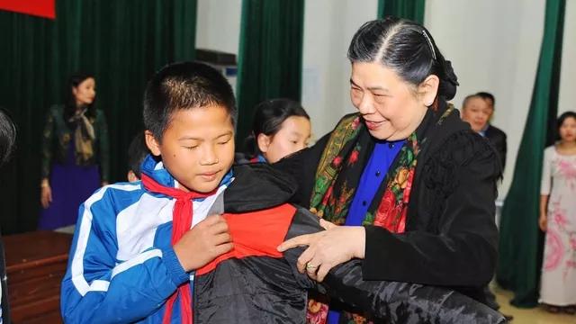 越南领导人春节前夕走访慰问困难群众