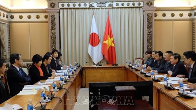 越南胡志明市人民委员会主席阮诚峰会见日本外务副大臣阿部俊子