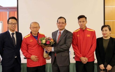 越南驻卡塔尔大使探望和勉励越南国家足球队