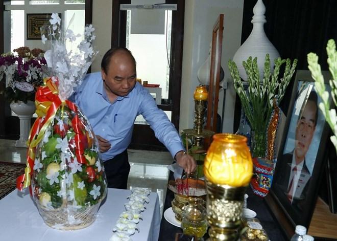 阮春福总理上香缅怀已故党和国家领导人