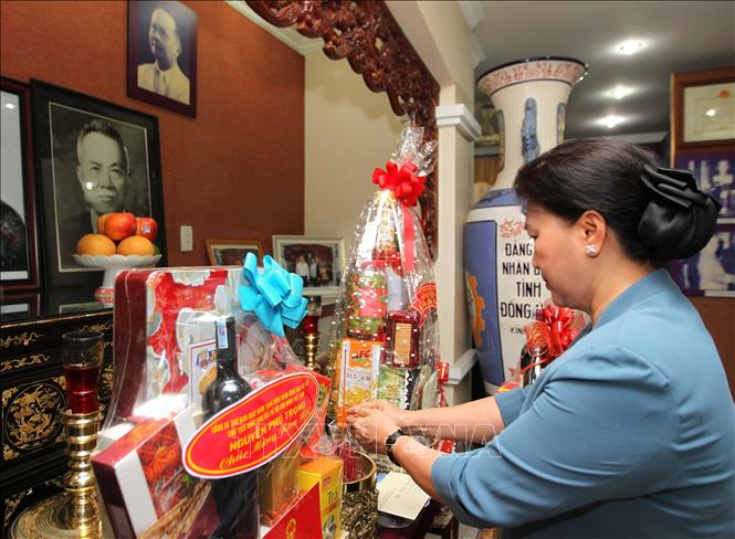 越南国会主席阮氏金银上香缅怀越南已故党和国家领导人