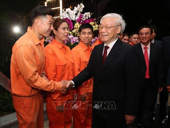 越共中央总书记、国家主席阮富仲向莅临除夕值夜班的一些单位拜年