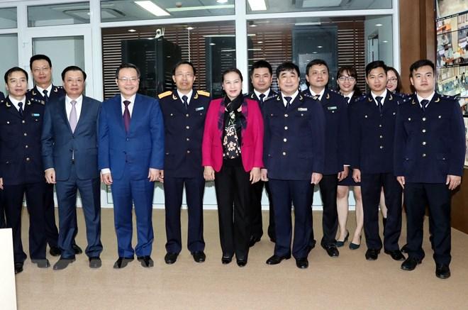 国会主席阮氏金银走访海关总局和越南外贸股份商业银行
