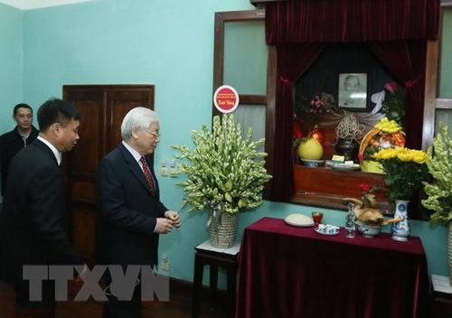 越共中央总书记、国家主席阮富仲向胡志明主席敬香