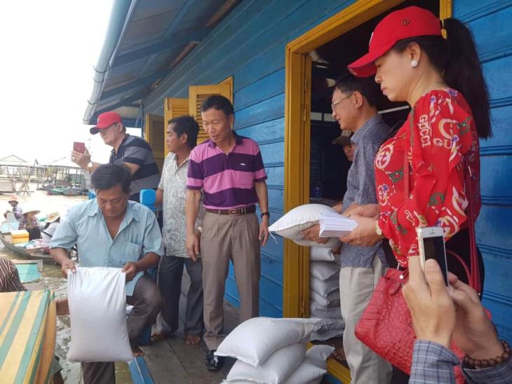 越南代表团向柬埔寨菩萨省和马德望省贫困越侨同胞赠送礼物