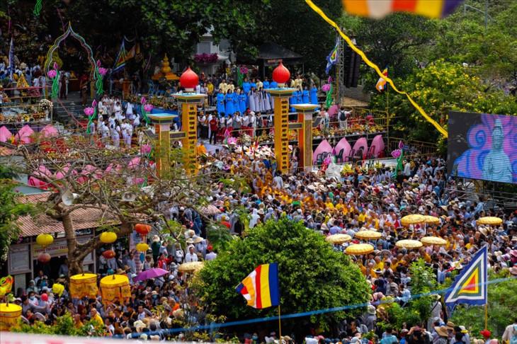 数千人参加岘港观音庙会