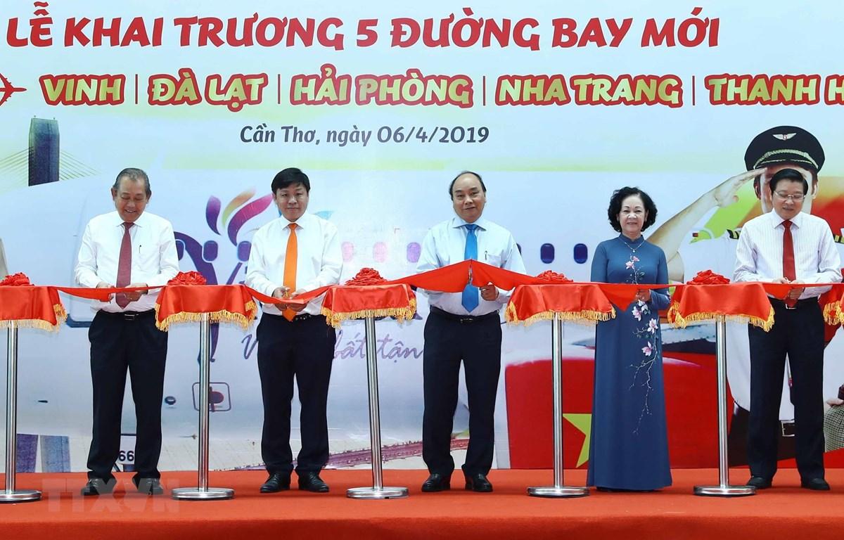 政府总理阮春福出席芹苴往返新航班开通典礼