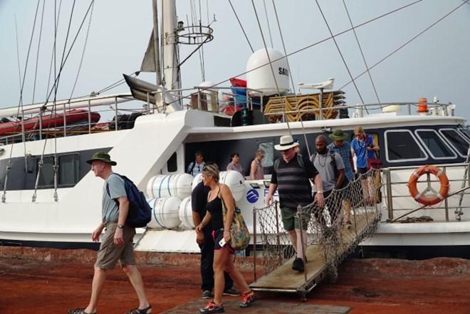 外国旅行团乘游船赴广平省旅游