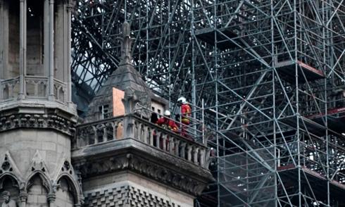 初步调查显示巴黎圣母院起火点可能位于塔尖下方
