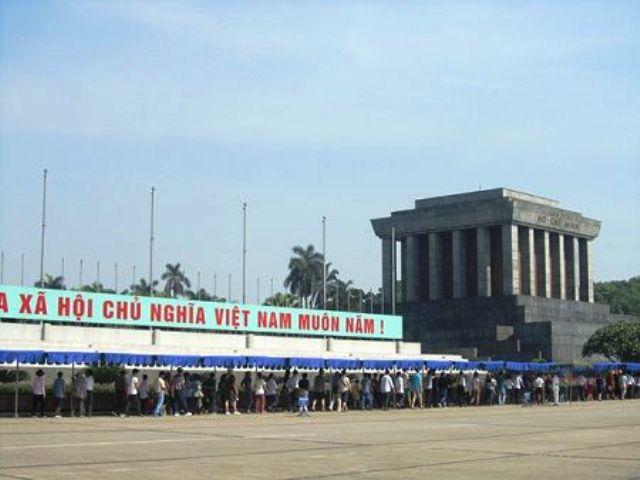 胡志明主席诞辰129周年:1万多人次拜谒胡志明主席陵