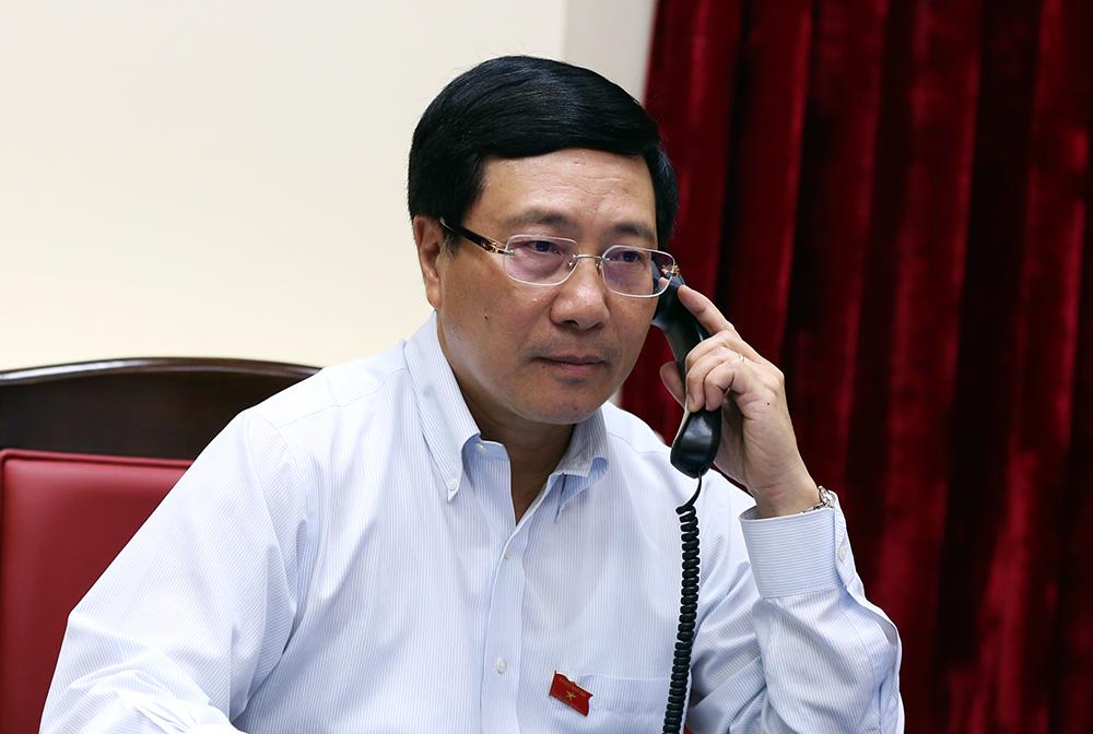 越南政府副总理兼外交部长范平明与新加坡外长维文互通电话