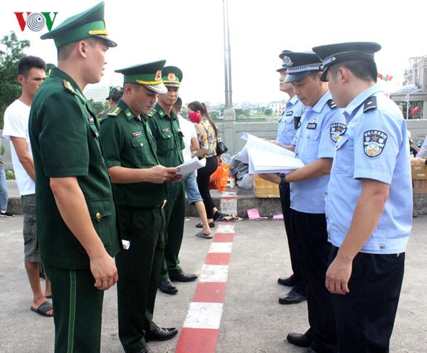 越南向中方移交在越南海域遇险获救的中国渔民