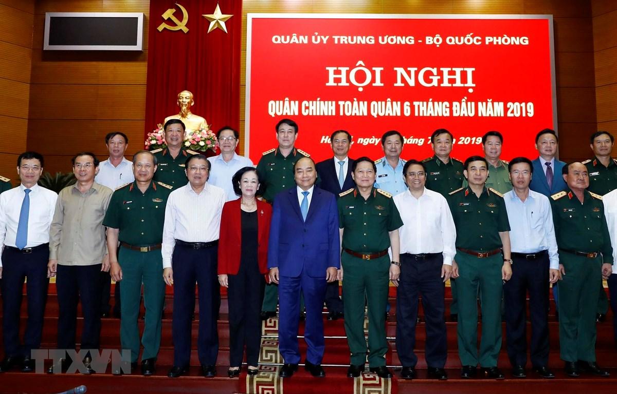 越南政府总理阮春福出席全军军政会议