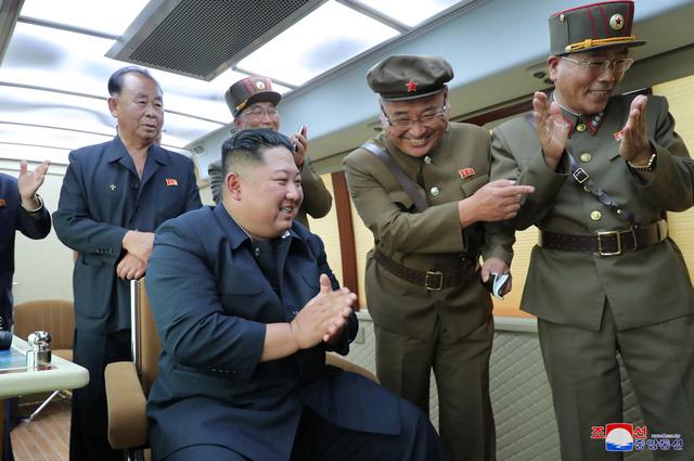 朝鲜最高领导人金正恩指导新型武器试射