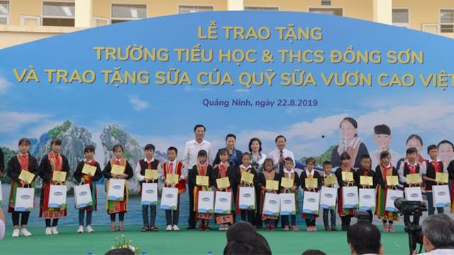 越南国会主席阮氏金银看望广宁省横蒲县