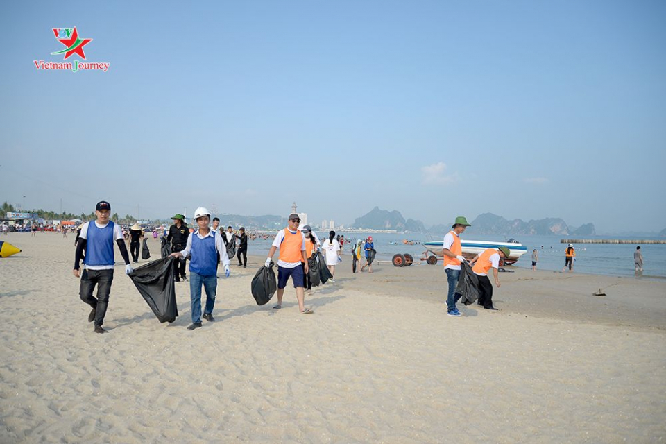 广宁省响应海滩清洁活动