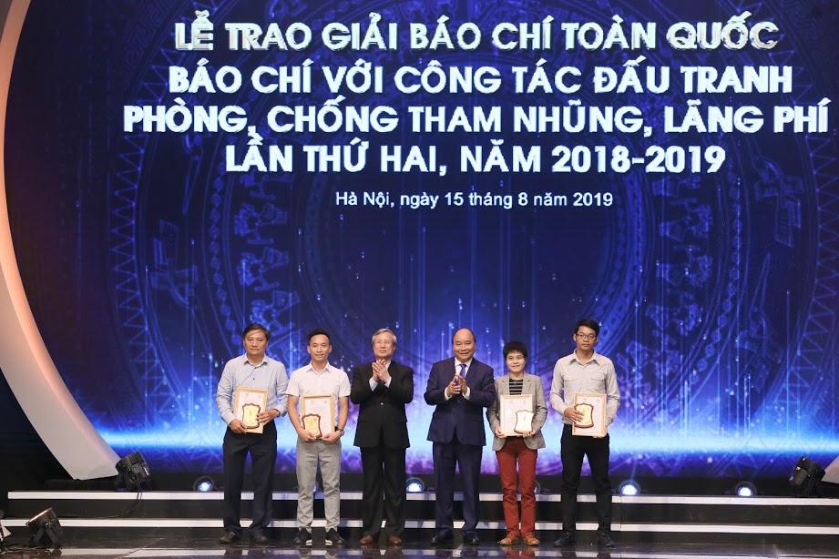 """第二届""""媒体与反腐败、反浪费斗争全国新闻奖""""颁奖仪式举行"""