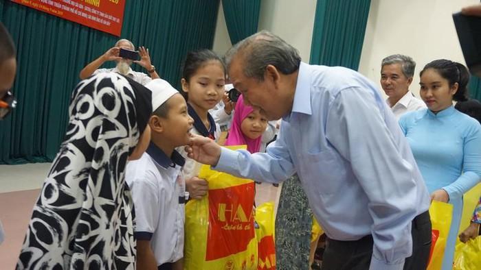 越南政府常务副总理张和平向胡志明市占族500名贫困学生颁发奖学金