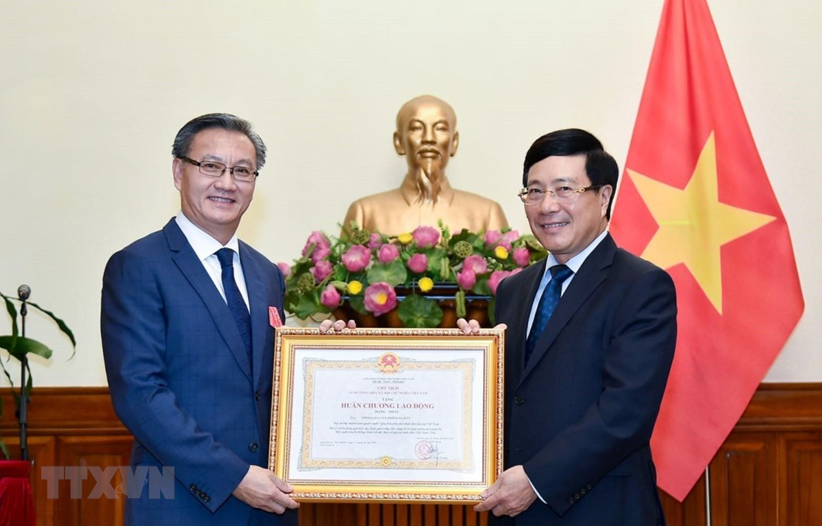 老挝驻越南大使荣获越南国家主席的一等劳动勋章