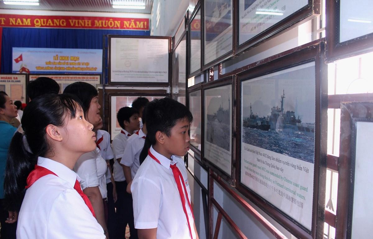 有关越南黄沙和长沙群岛的资料地图展在平顺省举行