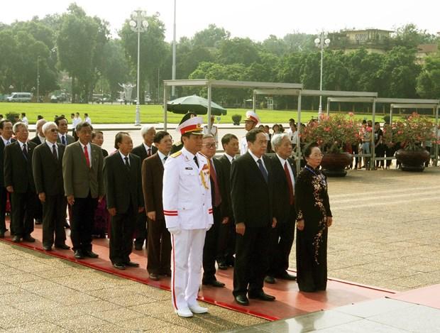 越南祖阵第九次全国代表大会与会代表团入陵瞻仰胡志明主席遗容