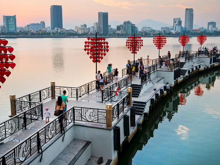 向泰国友人推广越南岘港市的形象及旅游潜力