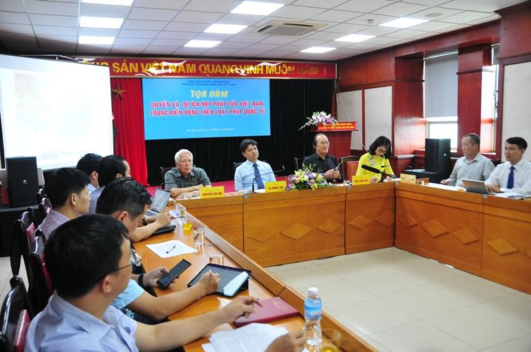 """《越共电子报》举行""""依据国际法越南在东海的合法权益""""座谈会"""