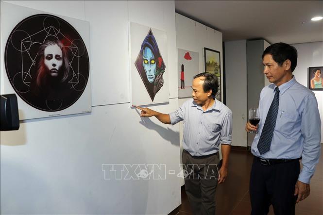 岘港举行外国人美术交流活动