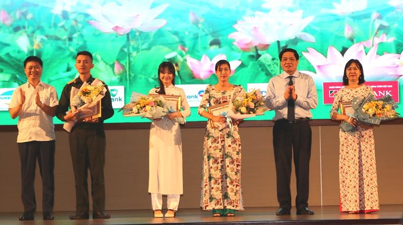越南共产党90年辉煌历史知识竞赛颁奖仪式举行