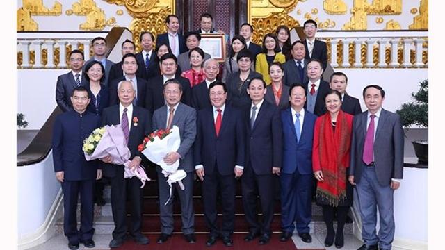 越南政府副总理兼外交部长范平明会见参与越中人民论坛第11次会议的代表