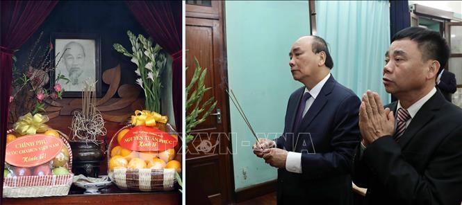 阮春福总理前往主席府内的67号房上香缅怀胡志明主席