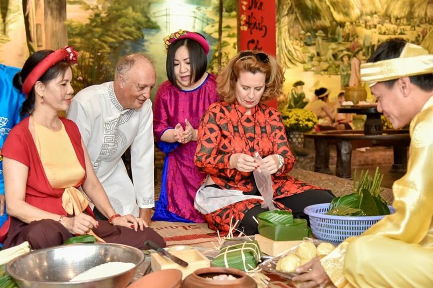 国际友人学包粽子和体验越南传统春节