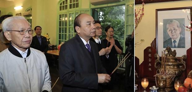 政府总理阮春福向已故党和国家领导人上香