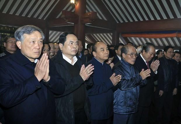 党和国家领导人敬香缅怀胡志明主席的伟大功劳