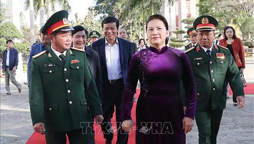 国会主席阮氏金银探访得乐省军事指挥部并拜年