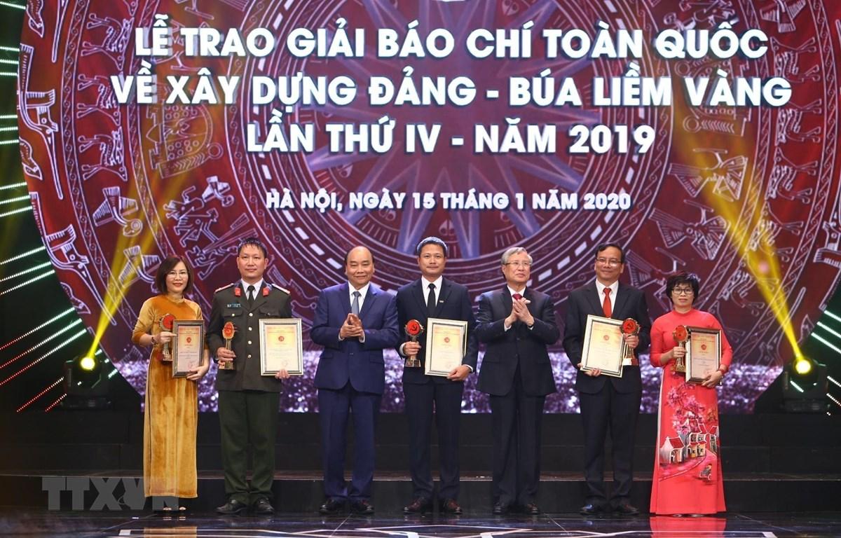 政府总理阮春福出席2019年金锤镰全国党建工作新闻奖颁奖仪式