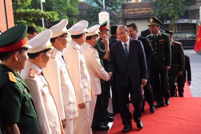越南政府总理阮春福探望并向岘港市武装力量拜年