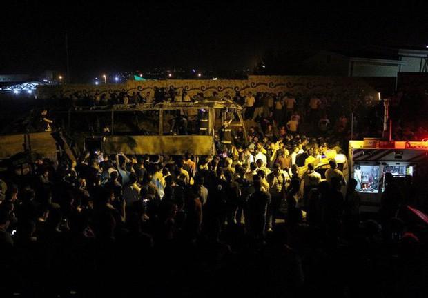 伊朗大巴翻车事故致20人死亡