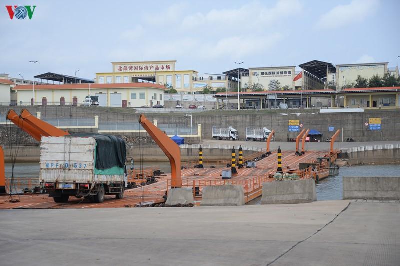 广宁省卡龙边境江临时浮桥恢复通车